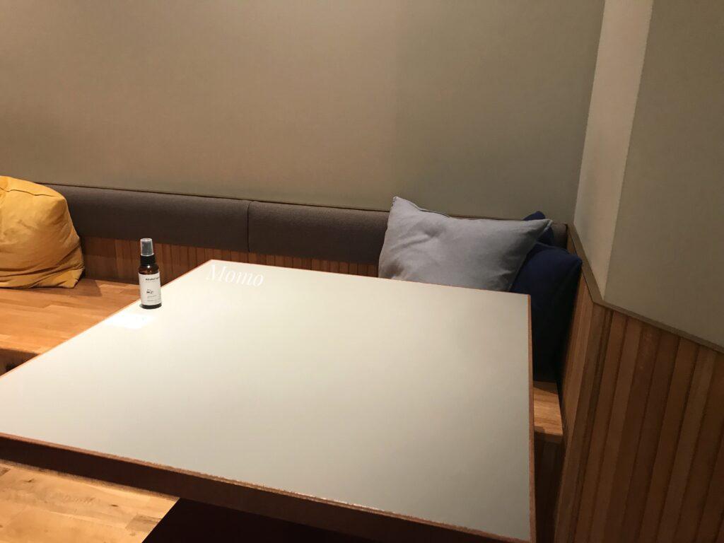 ランダバウトテーブル 席